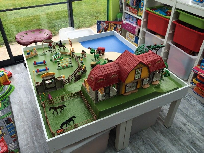 Une table de jeu playmobil avec lack playmobil ikea for Table playmobil