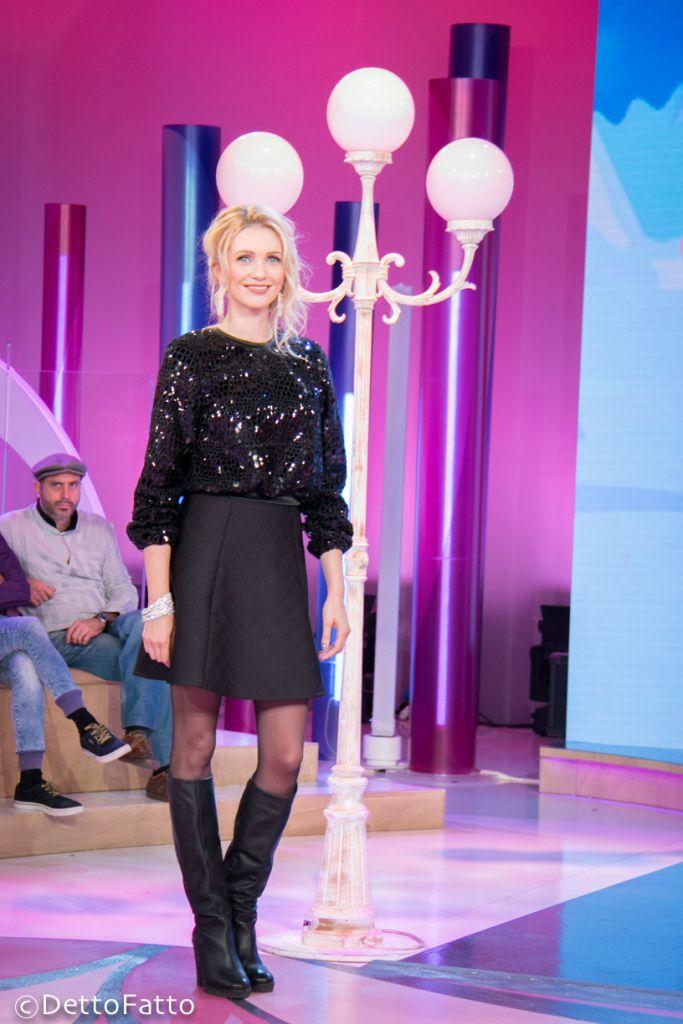 Eleonora Albrecht indossa un outfit di Francesca e Veronica Feleppa e gioielli di GP Jewels durante la puntata di Detto Fatto su Rai Due.