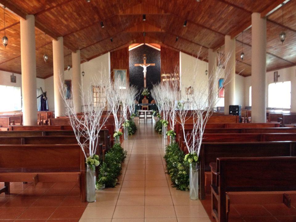 Iglesia decorada con ramas secas blancas wedding for Ramas blancas decoracion