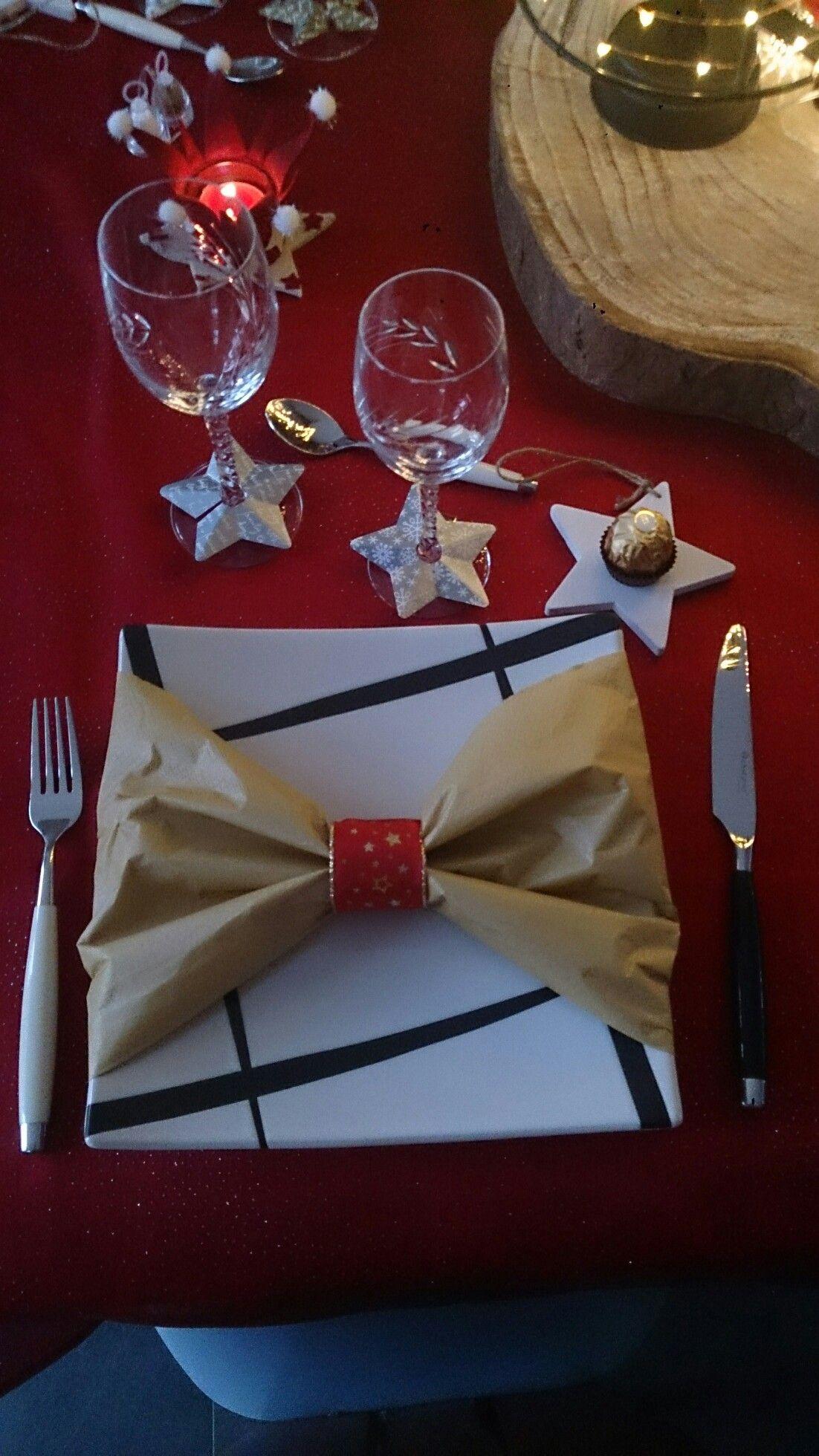 Serviette en papier avec rond de serviette fait à partir