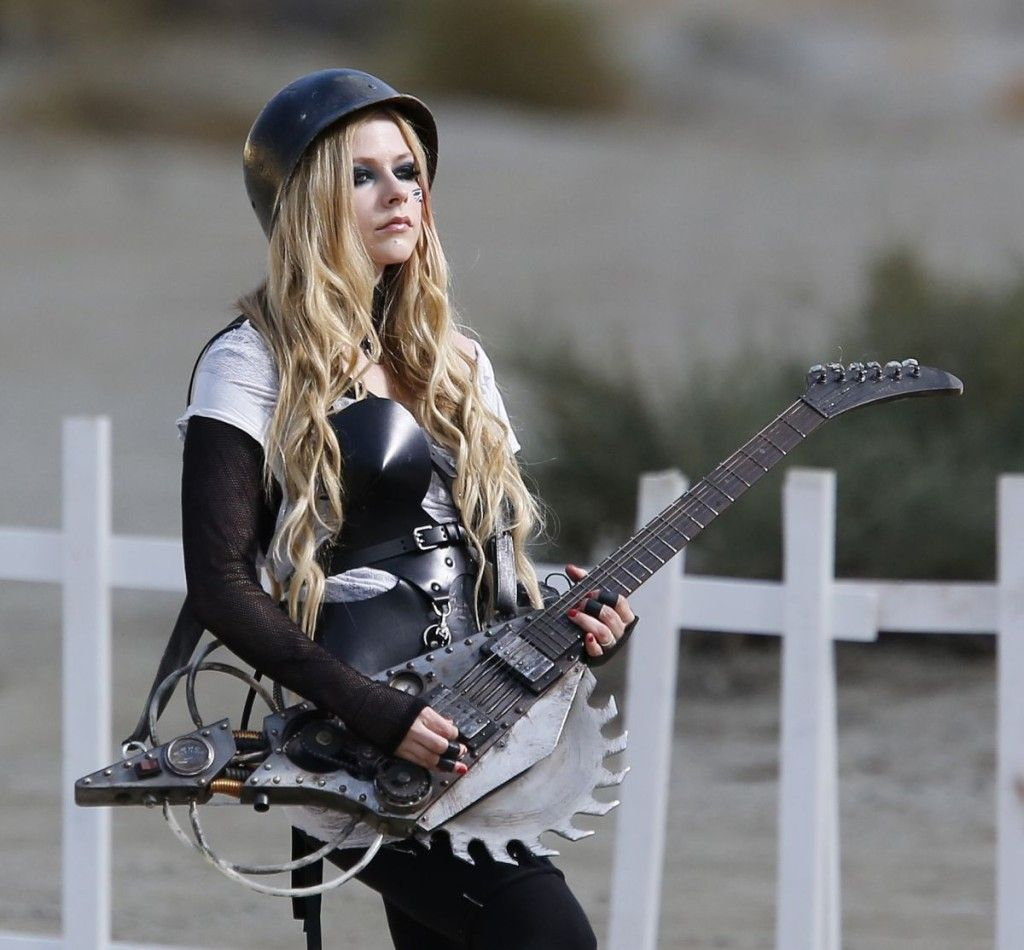 Avril Lavigne Goes Back To Her Roots With Images Avril Lavigne Avril Lavigne Photos Avril Lavingne