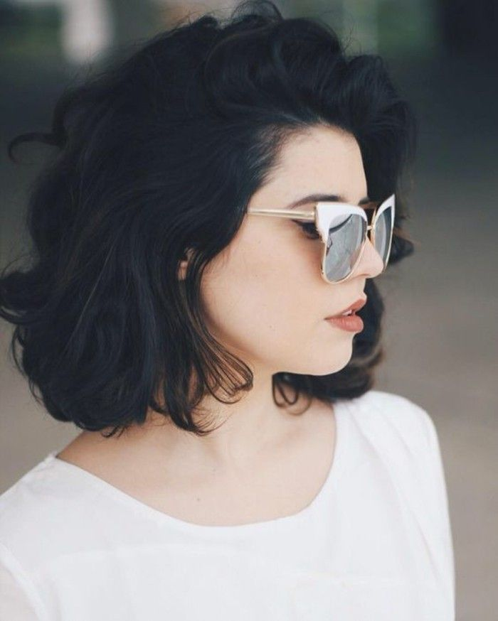 Voluminous wavy short hair
