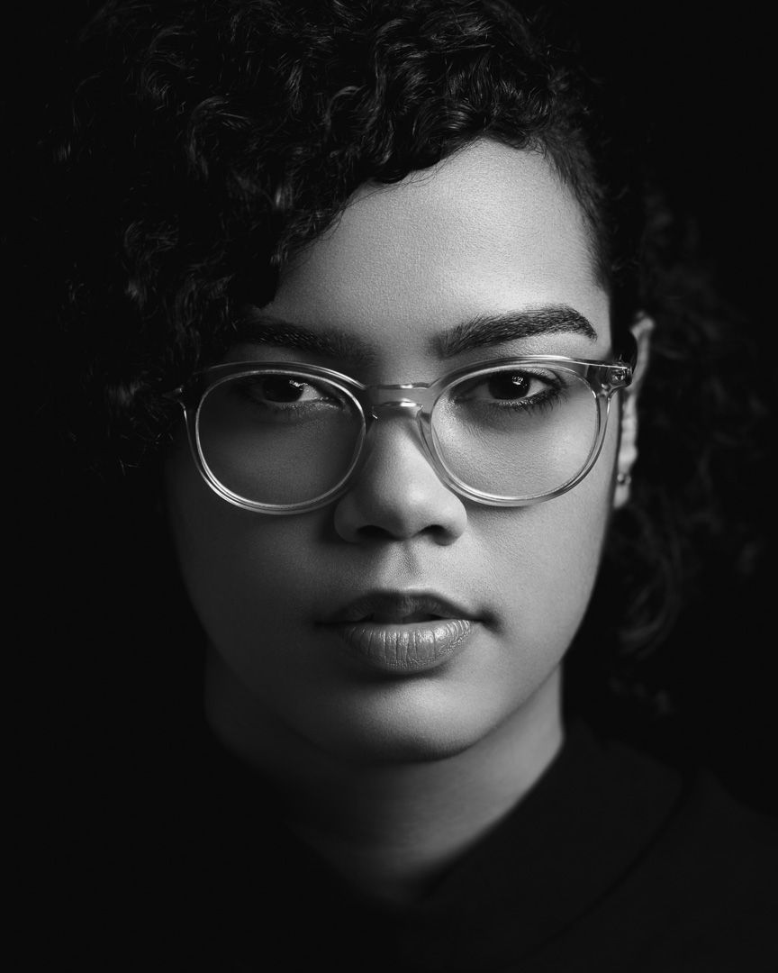 Black and white low key and high contrast portrait with rembrandt lighting and black background melina de la cruz alejandro díaz photography