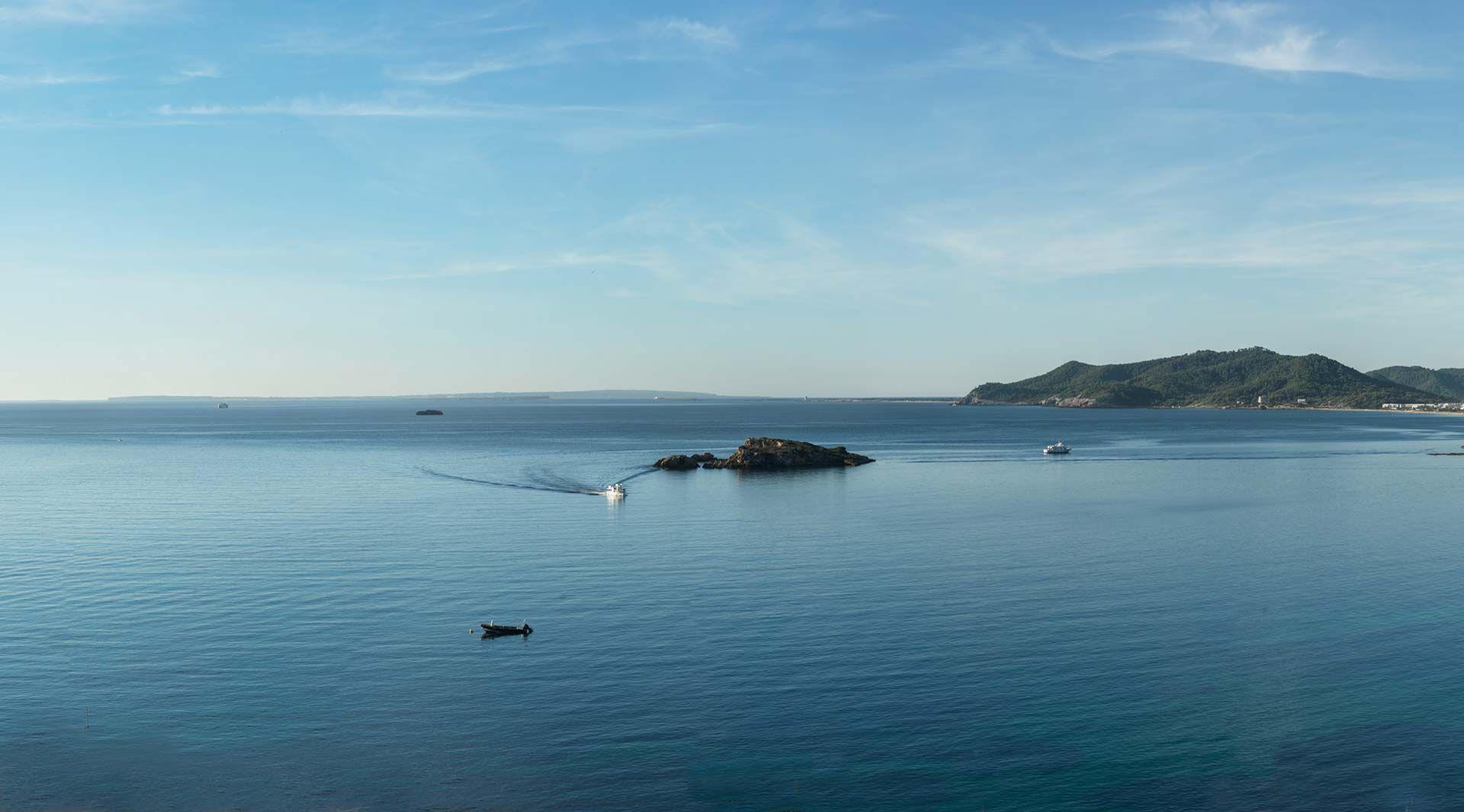 El Hotel Cenit está en una situación privilegiada, en la tranquilidad de una colina que da al mar, con impresionantes vistas a Formentera en Figueretas. #Ibiza #Eivissa #Baleares #Vacaciones #Holidays #Summer #Verano