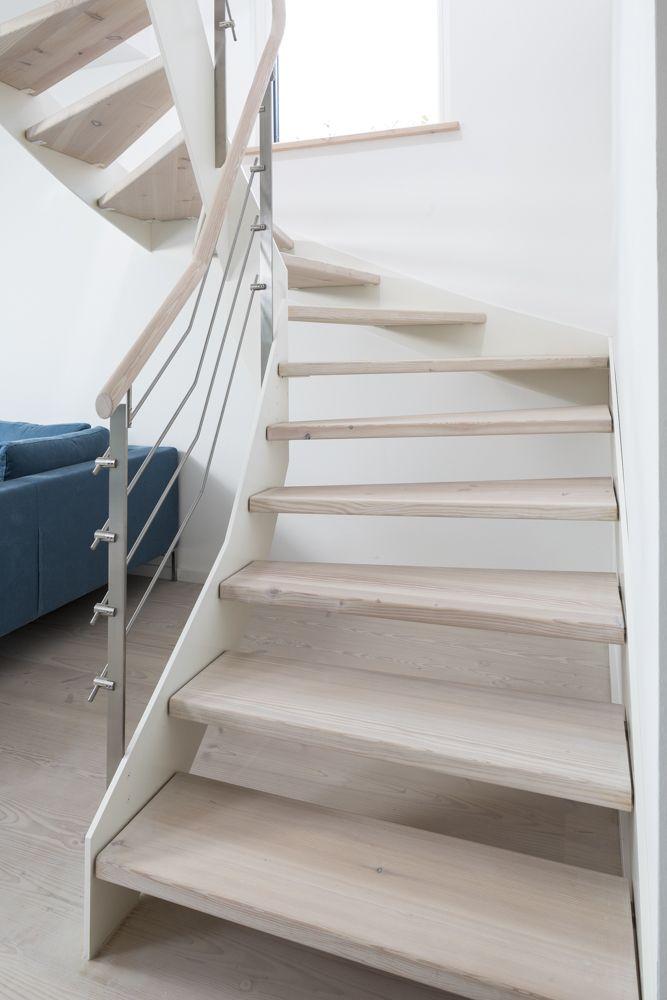 Handlauf Treppe hpl treppe mit weißer wange und relinggeländer stufen und handlauf
