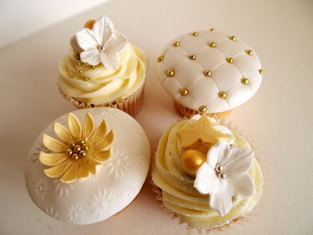 White And Gold Cupcakes Cupcake Party Gold Cupcakes Christmas Cupcakes Wedding Cupcakes