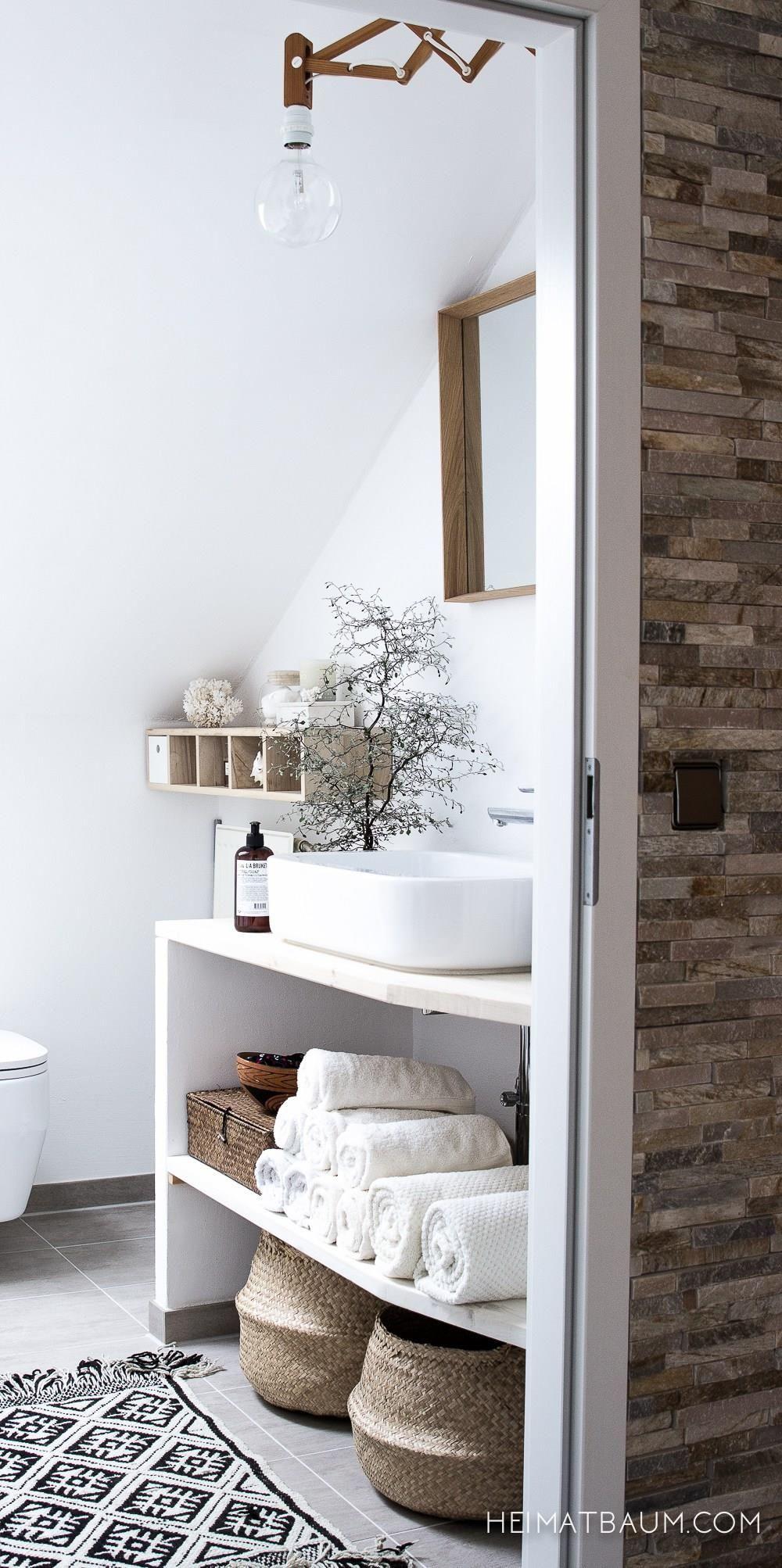Witte Ibiza badkamer met rieten manden, houten accessoires en light ...