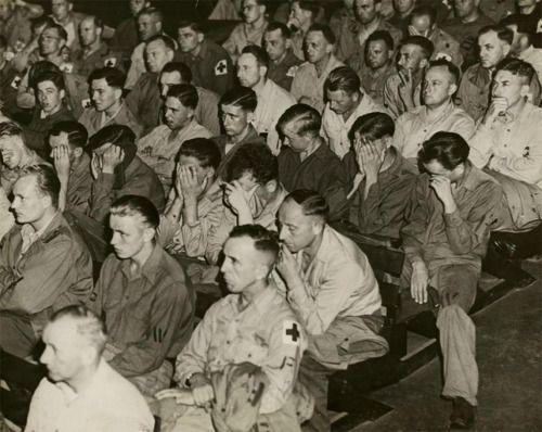 A német katonák reagálnak felvételek koncentrációs táborok, 1945