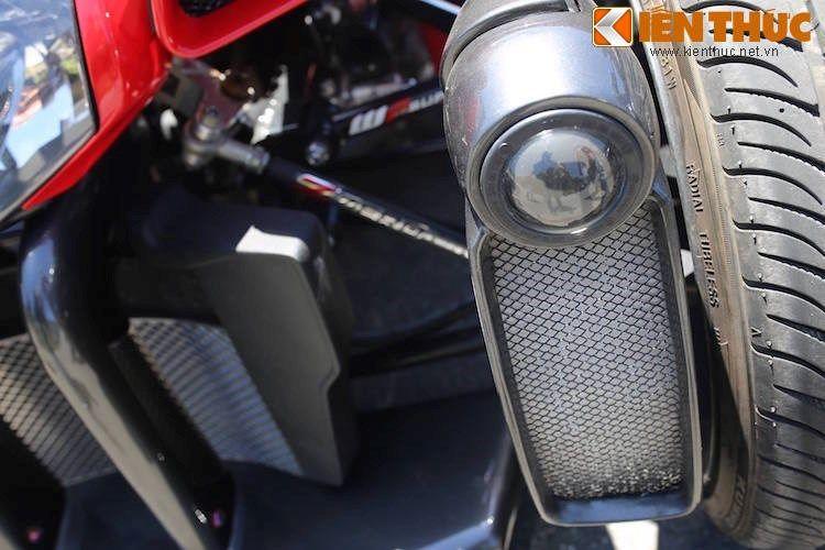 Ngoài một đèn pha nằm chính giữa, chiếc xe còn được trang bị thêm cả 2 đèn choá cầu nằm bên canh bánh xe, giúp các xe đi ngược chiều có thể đánh giá được bề rộng và tạo sự an toàn hơn khi đi trời tối.