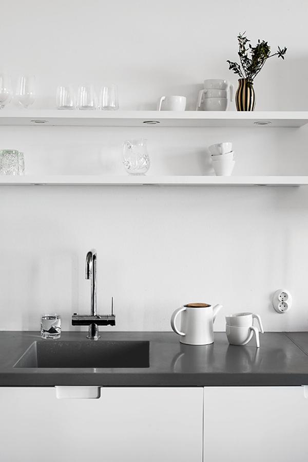 feines styling f r die k che wei e regale wei es geschirr und dunkelgraue arbeitsplatte. Black Bedroom Furniture Sets. Home Design Ideas
