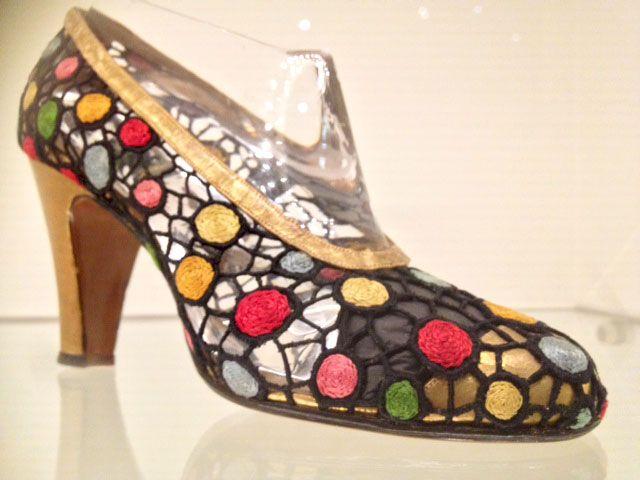 Salvatore Ferragamo. Een superkwetsbaar en ragfijn geborduurd schoentje van Tavernelle kant. Ozo mooi. Het ontwerp doet me denken aan fonkelende glas-in-loodramen