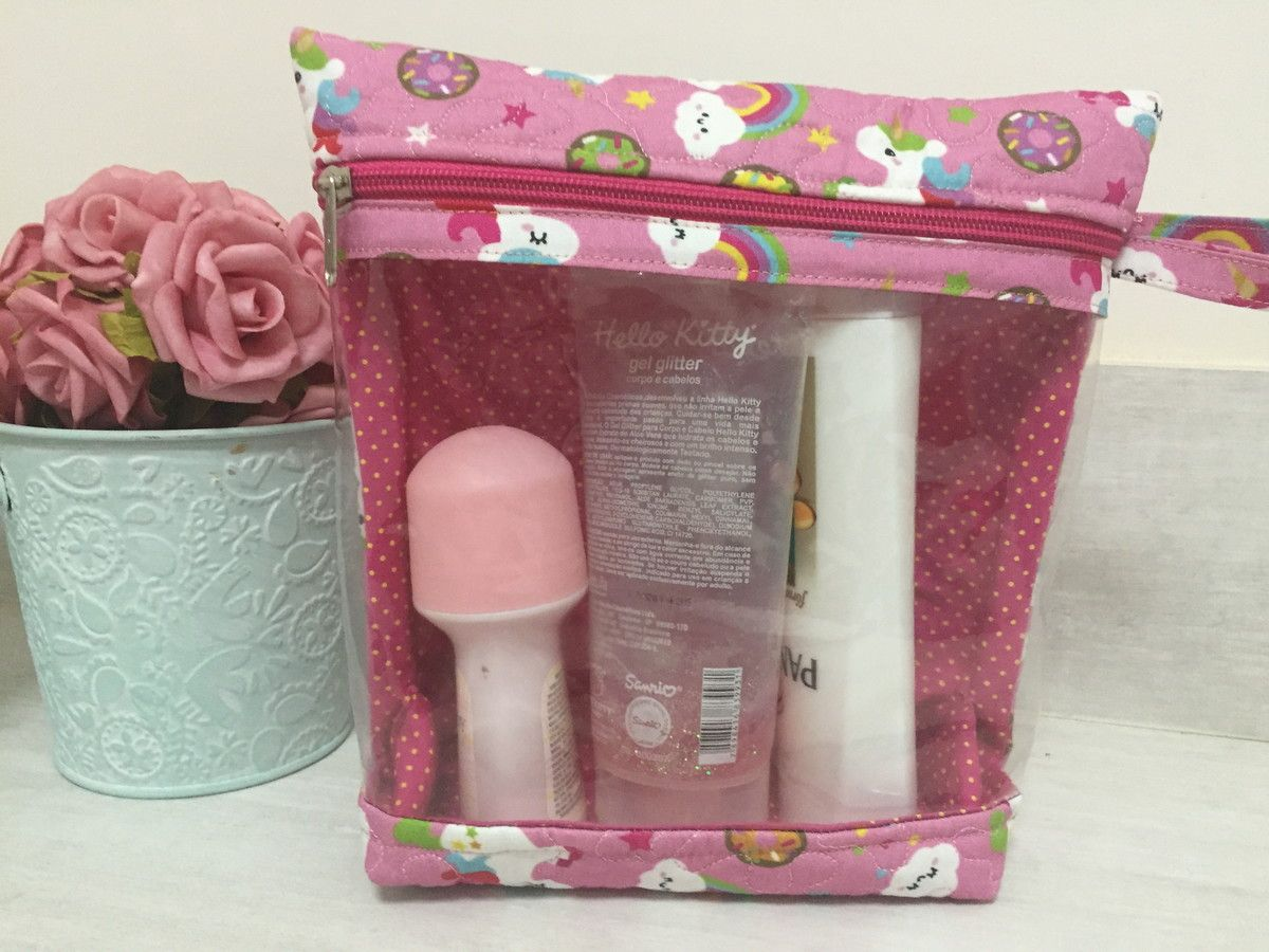 2d0aa9607 Necessaire em tecido com plástico para armazenar shampoo,cremes,e outros  produtos para viagem. Muito pratica para visualizar os produtos.
