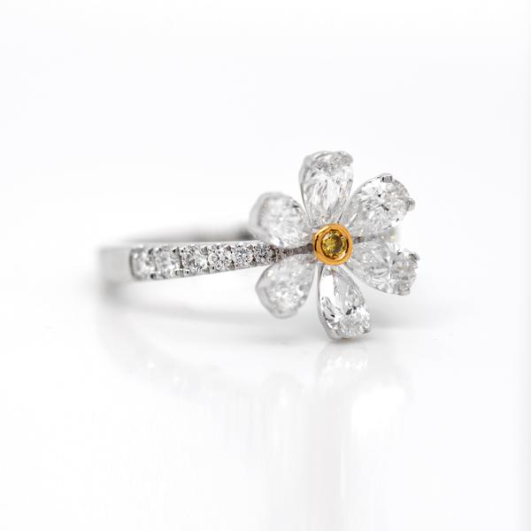 18k White And Yellow Gold Flower Diamond Ring Flower Diamond Ring Yellow Gold Diamond Ring Gold Flowers