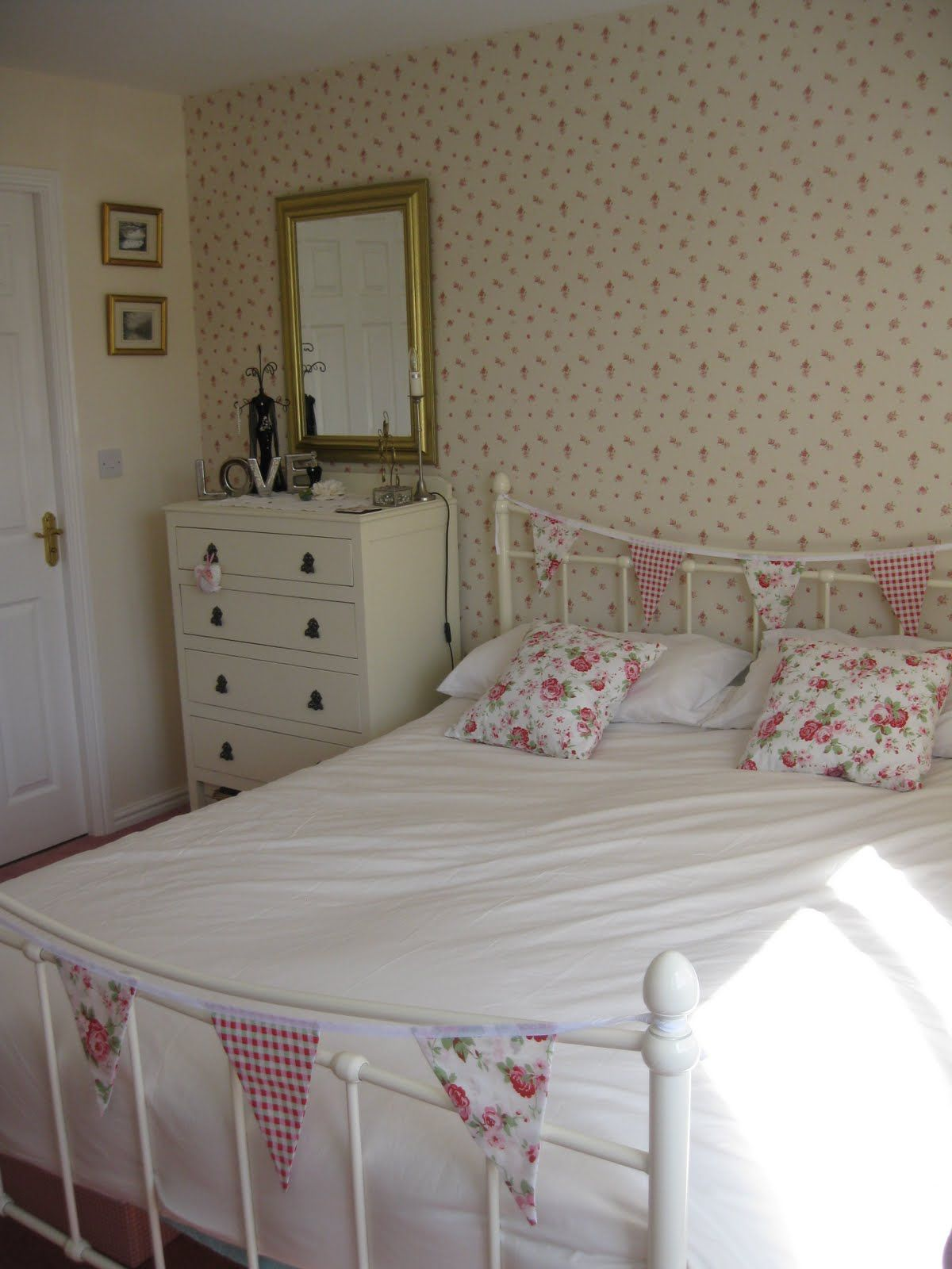 Best Bedroom Love The Wallpaper And Bunting On The Bed 400 x 300