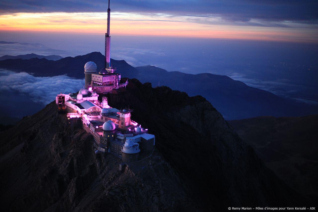 Éclairage rose sur l'observatoire du Pic du Midi.