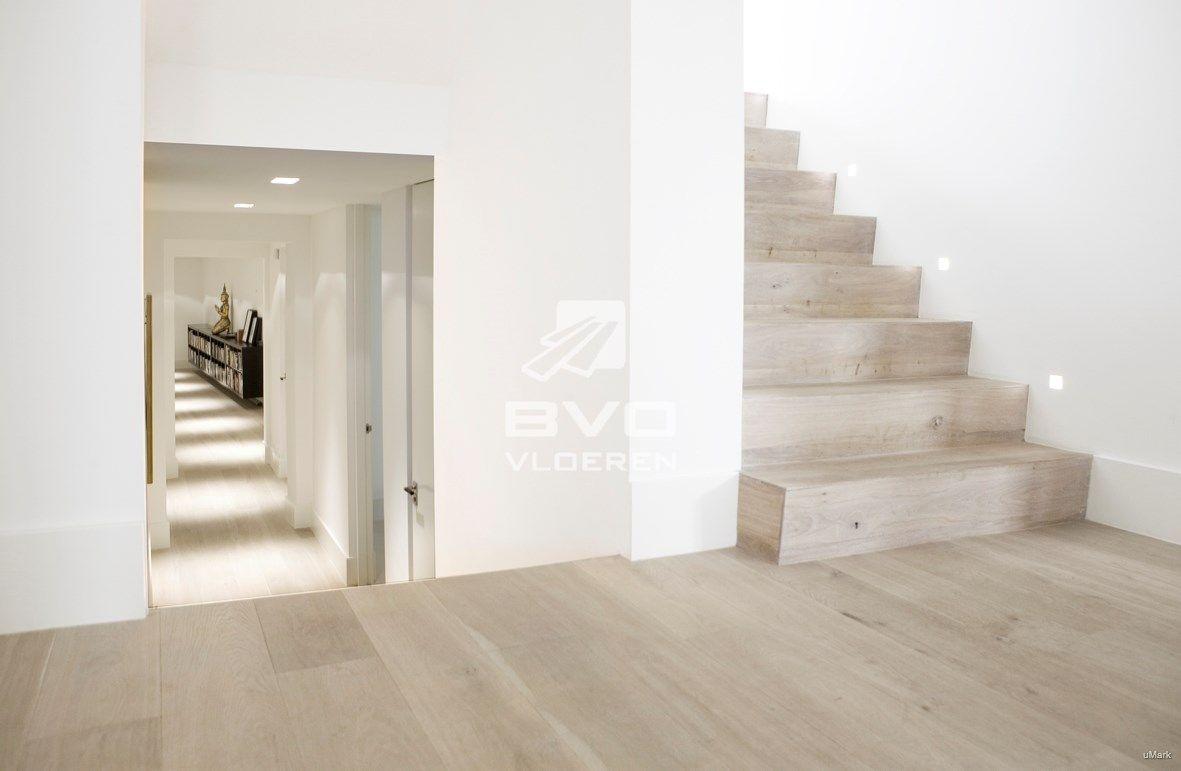 Frans eiken vloer rustiek white wash houten trapbekleding bloktrap opgeleverd door bvo - Deco houten trap ...