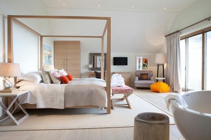 Doppelbett mit Baldachin, dekorative Kissen in Orangefarbe, Sitzbank