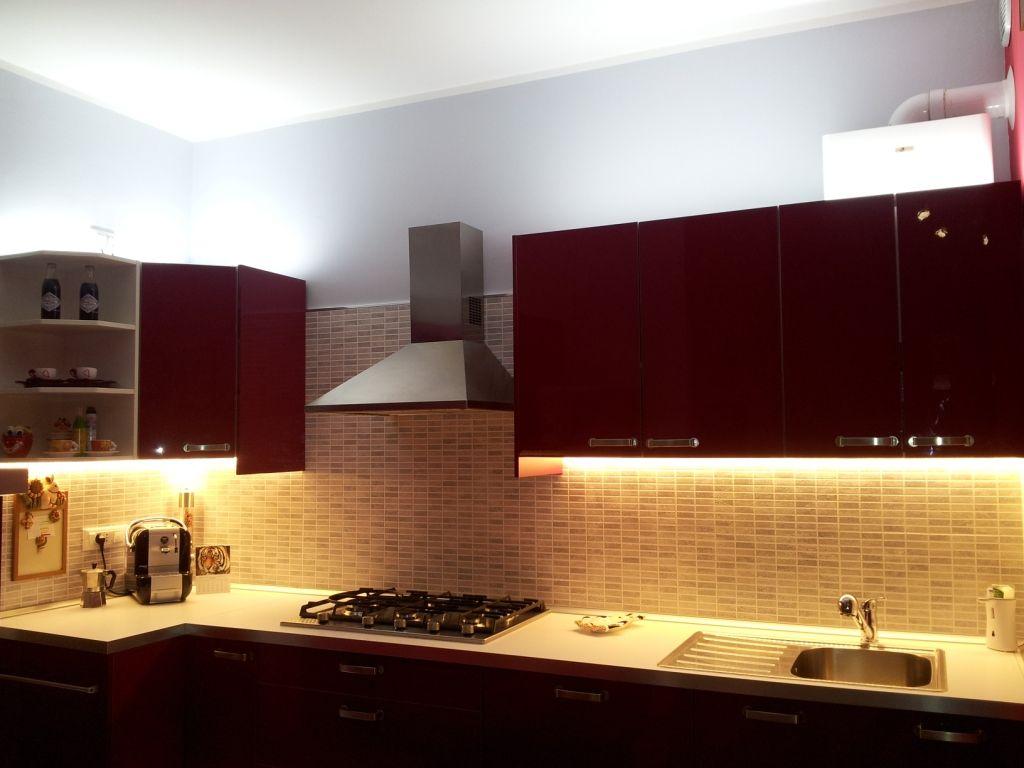 una cucina illuminata con strisce led bianco caldo e bianco naturale ...