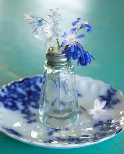 DIY Frühjahrsdeko-Ideen - Salzstreuer-Vase Check more at http://diydekoideen.com/diese-kreativen-diy-fruhjahrsdeko-ideen-werden-dich-begeistern/