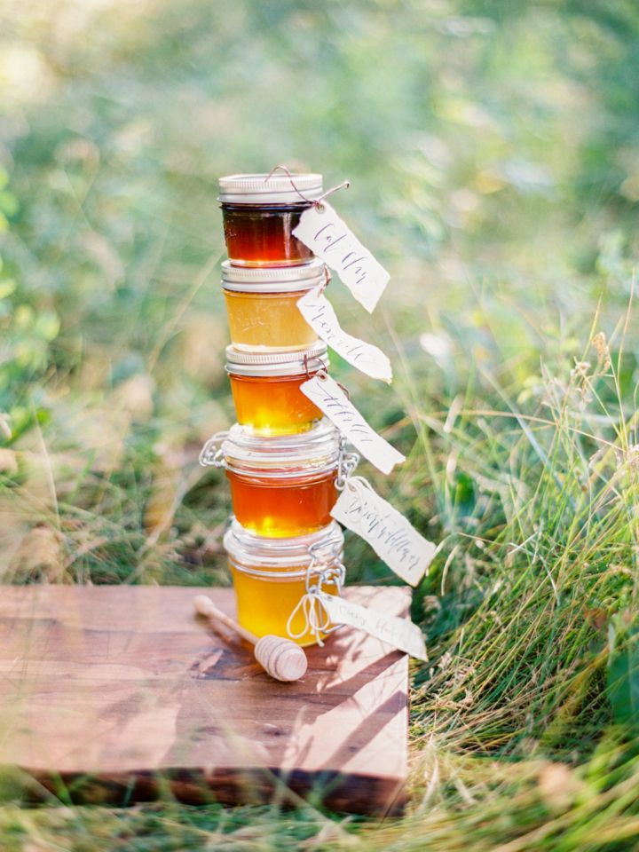 Honey wedding favors for Fall wedding inspiration | fabmood.com #wedding #fallwedding #autumn #autumnwedding #fallfavors #honeyfavors #honey
