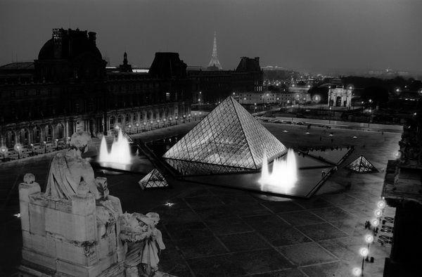 vue des toits du louvre de nuit au loin la tour eiffel le palais de chaillot les tuileries. Black Bedroom Furniture Sets. Home Design Ideas