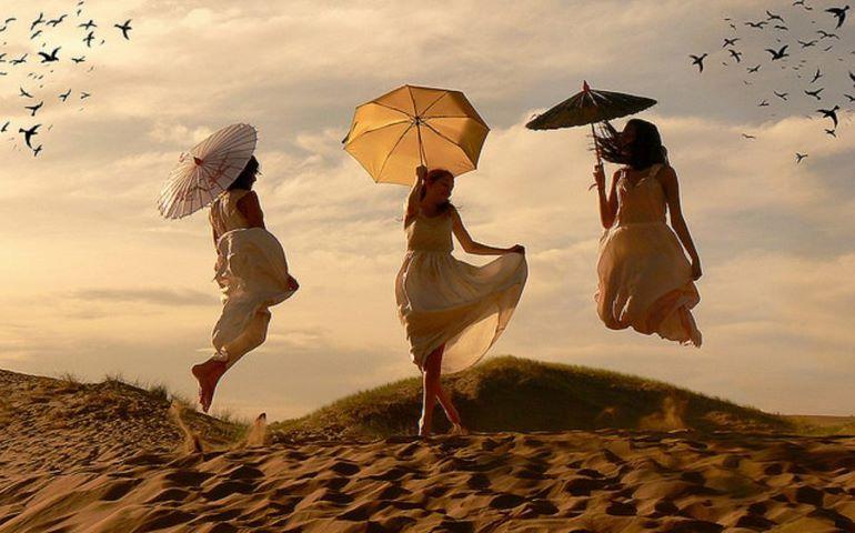 Resultado de imagen de mujeres volando pinterest