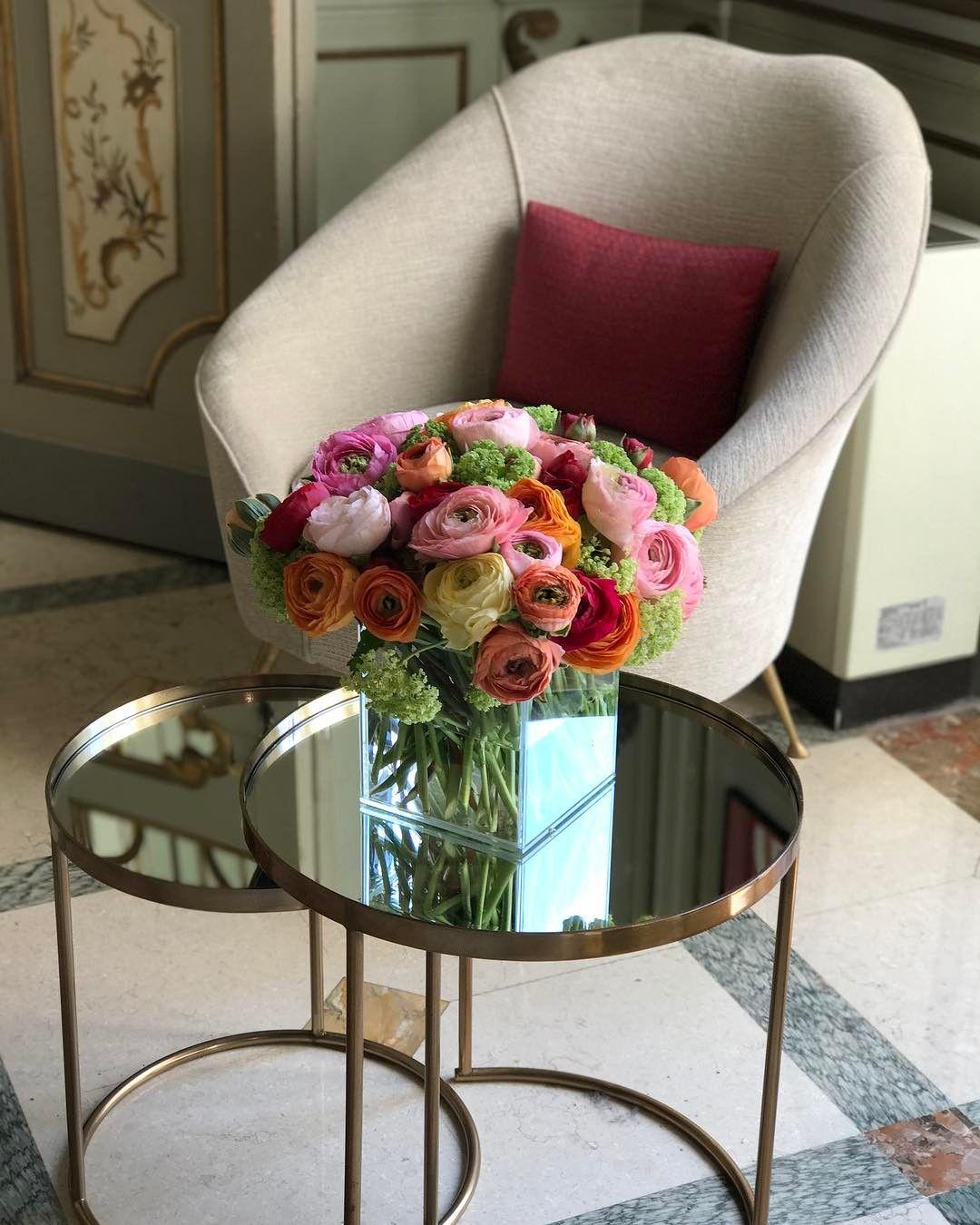Bom dia direto de um palácio {} Registrando todos os cantinhos incríveis dessa viagem  E como as flores fazem diferença em qualquer ambiente  #ASemmilao #ASviaja #olioliemmilao #oliolinoisalone #olioliteam #salonedelmobile
