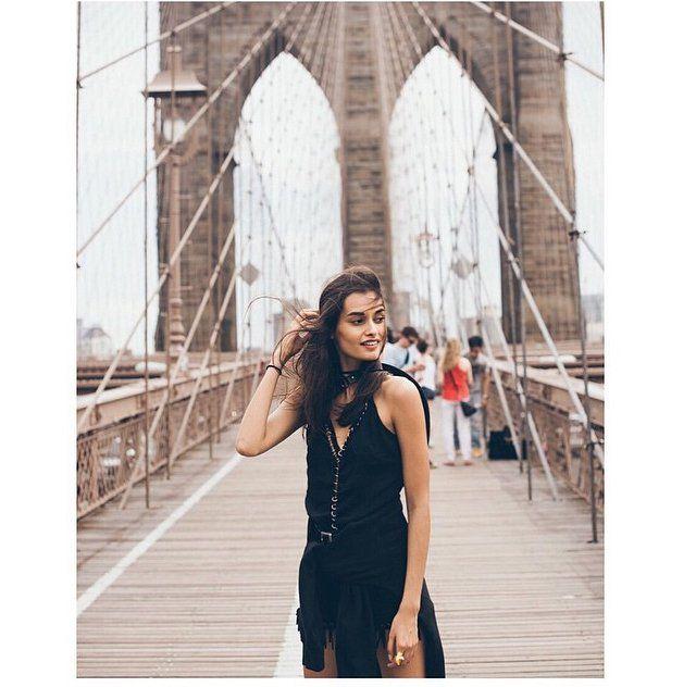 Pin for Later: DAS sind die besten Outfits für eure Instagram Bilder – wissenschaftlich bewiesen!  Auch Landschaften und Gebäude bieten den passenden Hintergrund um eure schwarze Kleidung zum Leben zu erwecken.