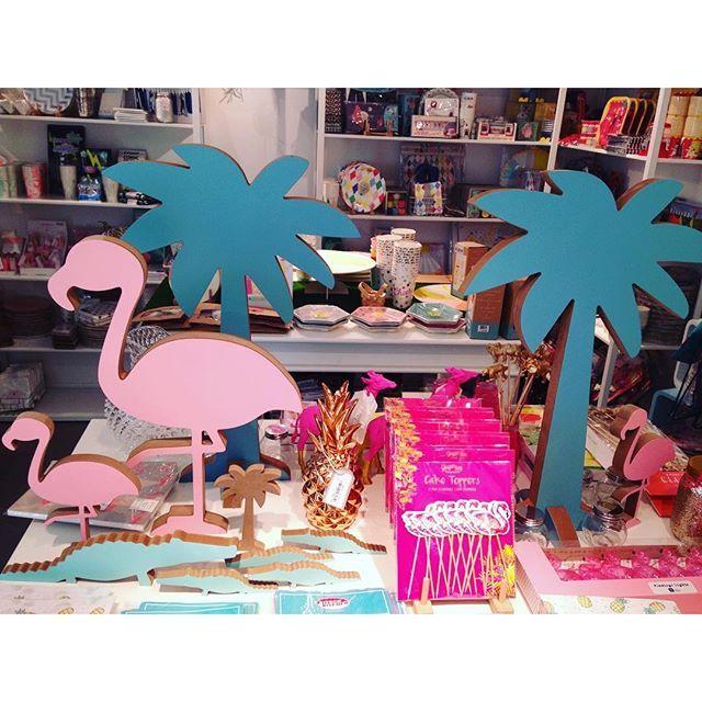 Willkommen im Flamingo- und Einhornparadies!  Bei van harte auf der Brüsseler Straße gibt es unglaublich schöne Geschenkartikel und hammermäßige Partyaccessoires!  Wer wollte nicht schon immer mal ne pinke Flamingo-Piñata und Einhorn-Servietten auf seiner Party haben? Oder vielleicht eine schicke Flamingo-Lichterkette?  Allertollste Postkarten und Dekoartikel gibt es hier auch. Wer den kleinen Laden betritt, kommt danach definitiv wieder freudestrahlend heraus!   Wer gleich ne...