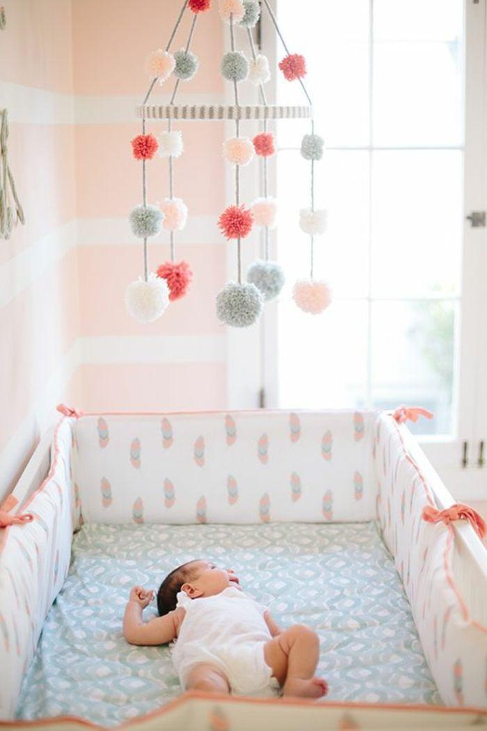 Wonderful Babyzimmer Grau Rosa Spielzeug Fliegt über Dem Baby Bunte Fell Bälle Deko  Schlafendes Baby