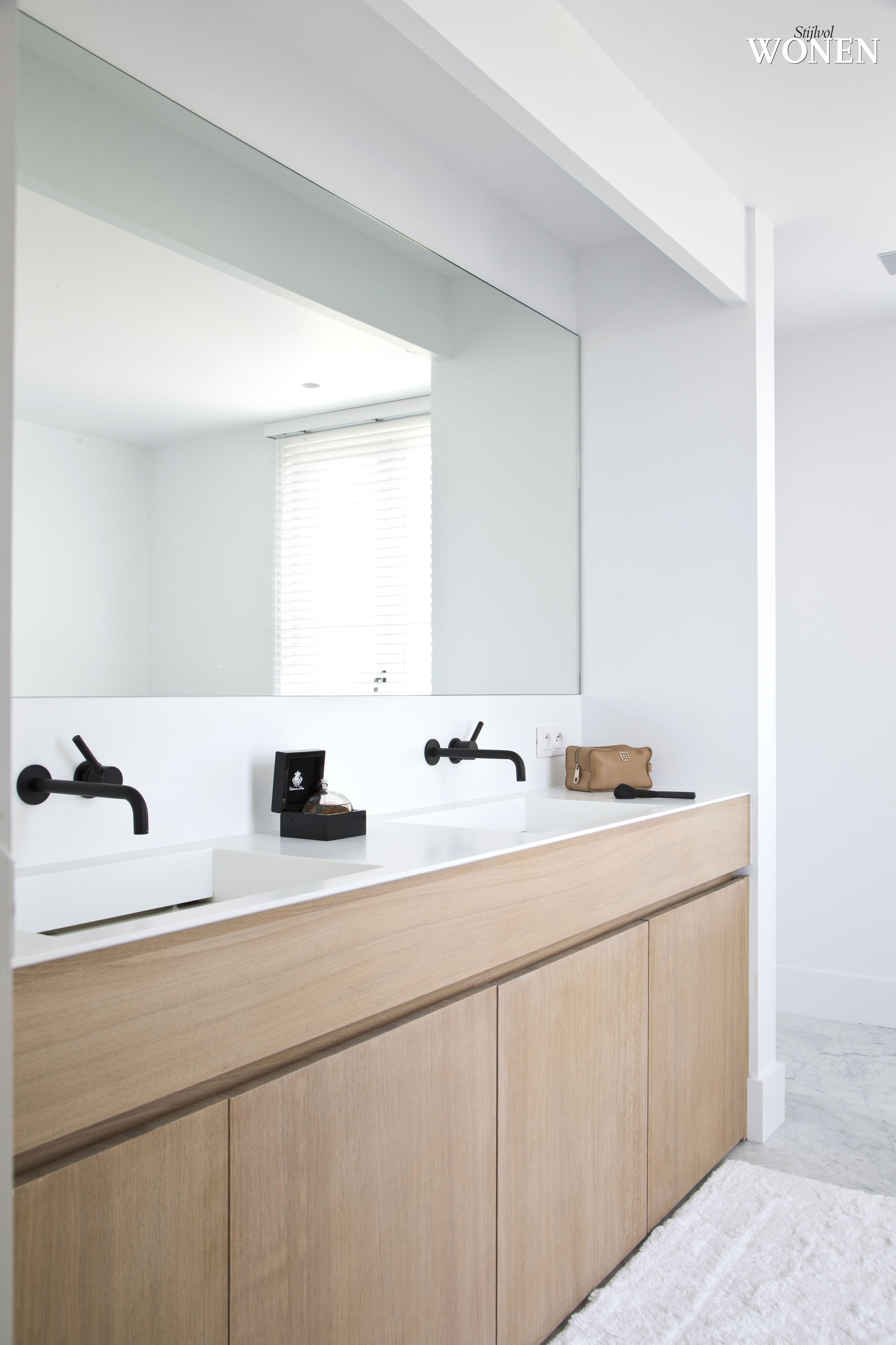 dunne rand en vormgeving witte wastafel houten meubel grijze