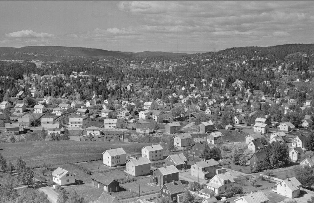 SKEDSMO, STRØMMEN   Gamle Strømsvei ses i forgrunnen til venstre i bildet. Bak Lerdalsgata, Veibygata og Stasjonsveien i bakgrunnen. Datert 10. juni 1958FOTOGRAFSchrøder, A./Fellanger Widerøe A/S
