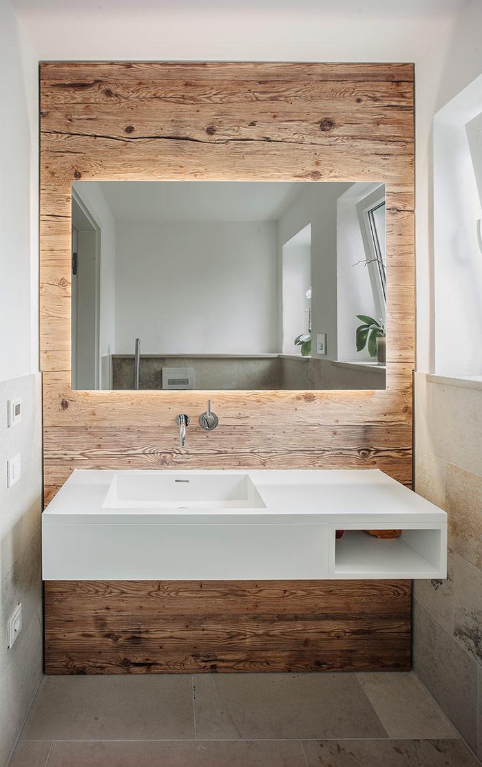 Badezimmer Mit Wand Aus Holz Bad Waschtisch Mineralwerkstoff Spiegel Wandverkleidung Aus In 2020 Badezimmer Holz Wandverkleidung Bad Altholz Wandverkleidung