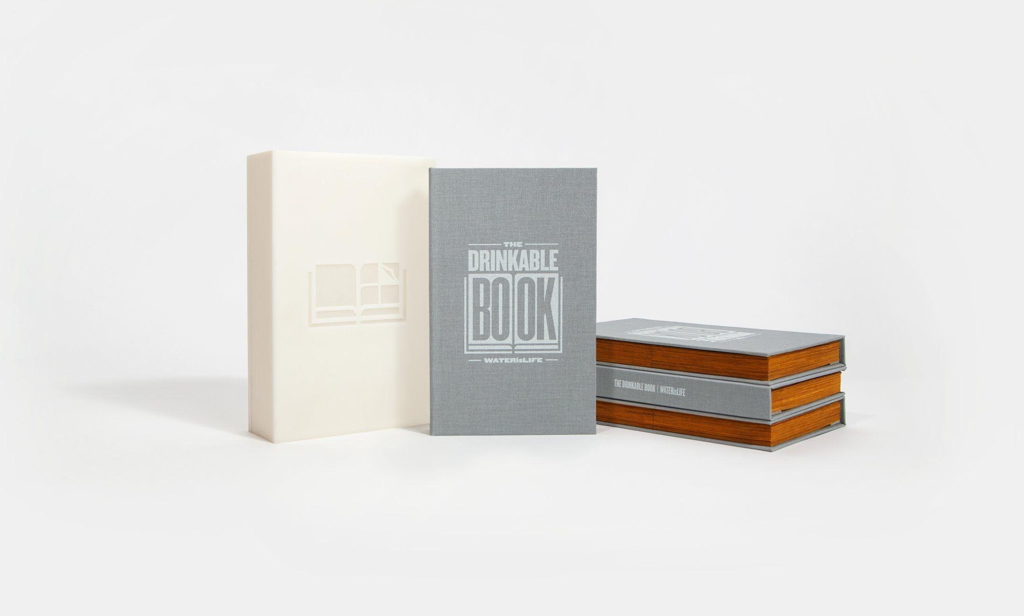 """""""The Drinkable Book"""". Issu d'une collaboration entre l'association Water is Life et le typographe Brian Gartside, cet ouvrage papier apporte ni plus ni moins la possibilité de filtrer une quantité impressionnante d'eau et de la rendre potable."""