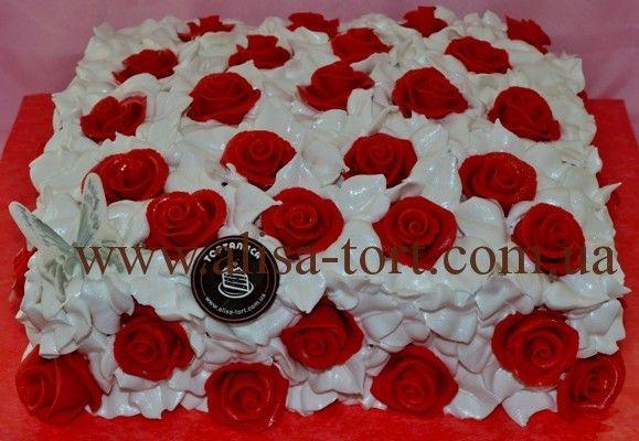 Отделка: зефирный крем, марципановые розы