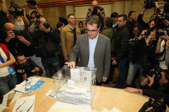 Artur Mas dipositando su voto en su colegio electoral.  JULIO CARBO