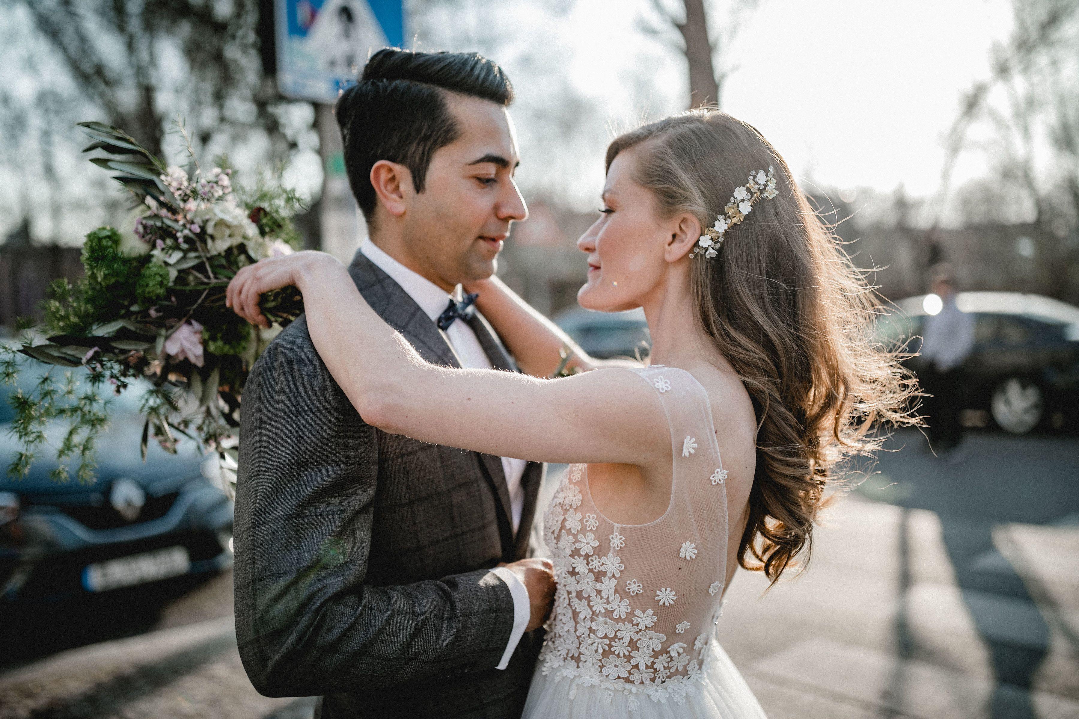 Brautpaar Hochzeit In Berlin Kreuzberg Urban Mit Kaviar Gauche Brautkleid Und Lederjacke Offene Brautfrisur Hochzeitskleid Blumen Braut Hochzeitsinspirationen