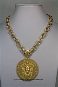 Teria Yabar collar dorado medallón
