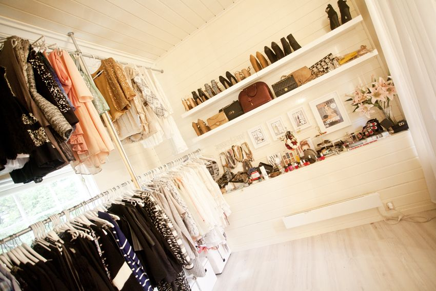 walkin closet / open closet / rags / clothes / (With