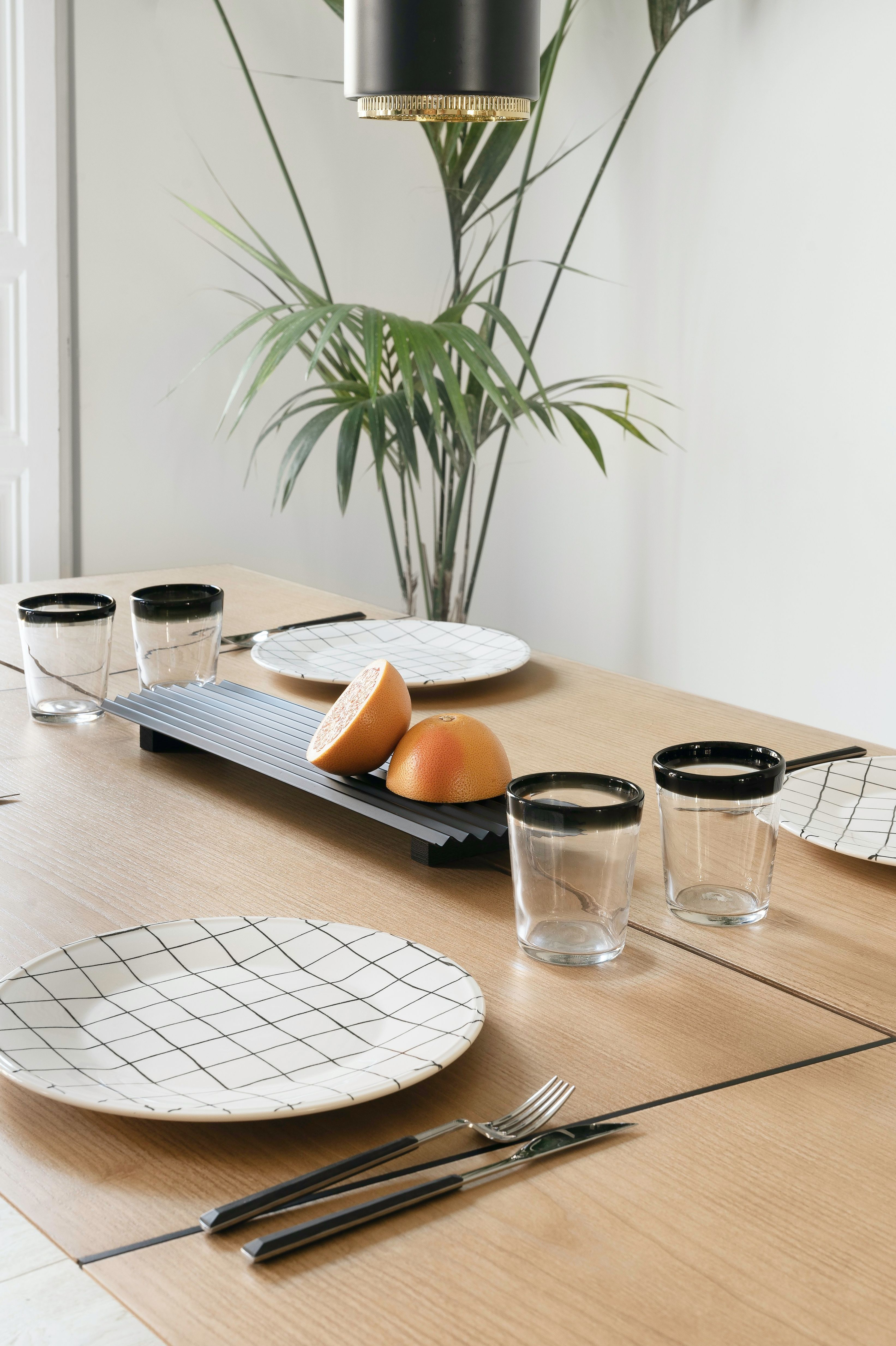 Your decor is what gives personality to your dinning table. This selection of modern and minimal items is just on point. #tabledecor #minimaldecor #dinningtable #woodenfurniture