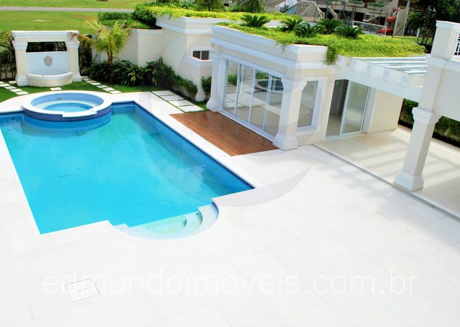 Para tranqüilidade total após um dia na praia, os moradores podem desfrutar do spa, na cabeceira da piscina, ou optar pela sauna e sua área de descanso, localizadas em um anexo ali ao lado.