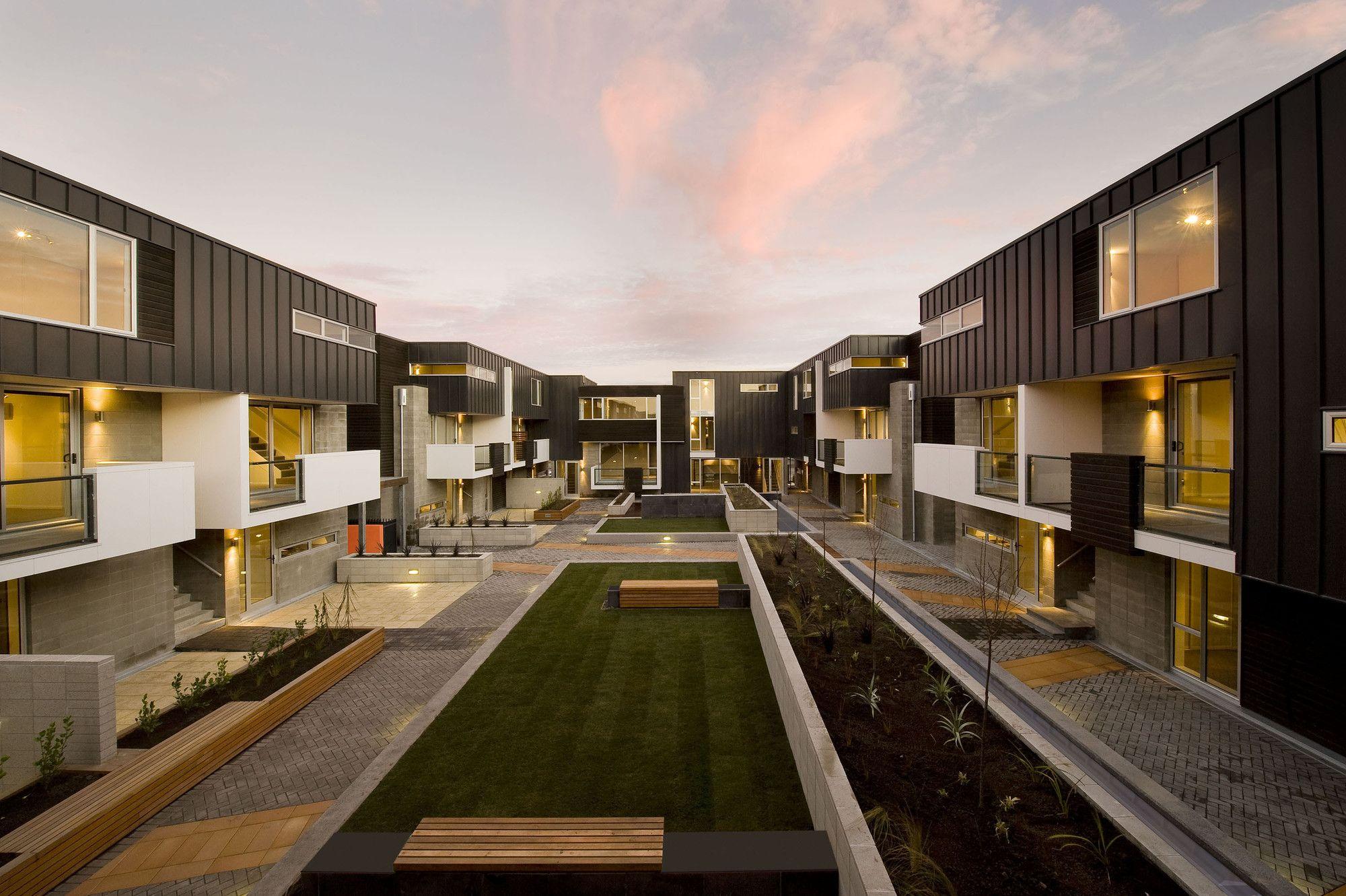 Construido por Cymon Allfrey Architects en Christchurch, New Zealand con fecha 2008. Imagenes por Stephen Goodenough. La idea era crear un complejo de departamentos de alta densidad, de baja altura, que ofreciera un «nivel de acceso», ...