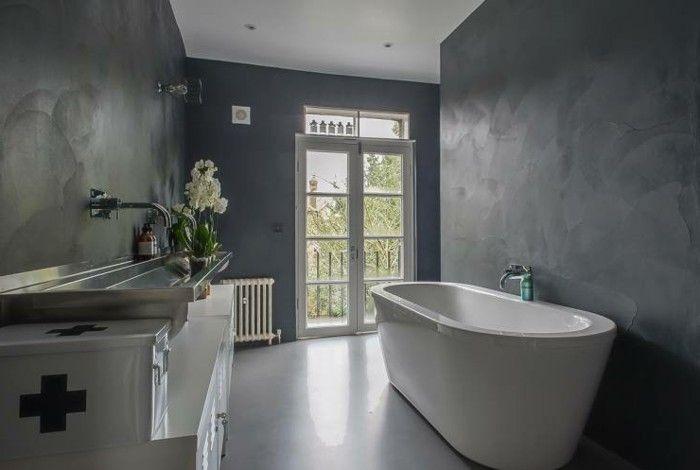 Resina bagno pareti grigie effetto sfumato vasca design bianca