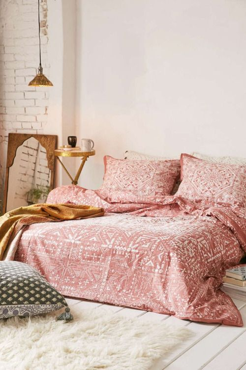 preeeetty bedding! I definitely would use different ...
