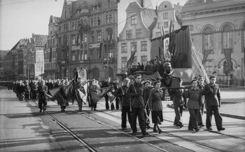 Manifestação de luto por Josef Stalin (Rostock, Alemanha Oriental, 9 de março de 1953).
