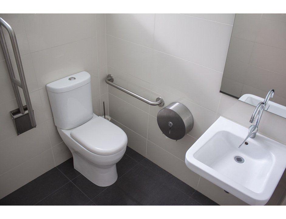 Baños para personas con Discapacidad de CHC | Diseño de ...