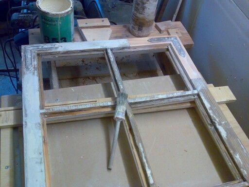 Ikkunan korjausta. Myös huonokuntoiset ikkunat. Lahovauriokorjauksesta huoltomaalaukseen. Lasitukset. Perinteiset materiaalit: tiukkasyinen mänty sekä pellavaöljymaali ja -kitti.  Kysy lisää: tiny-e@restaurointiturku.fi