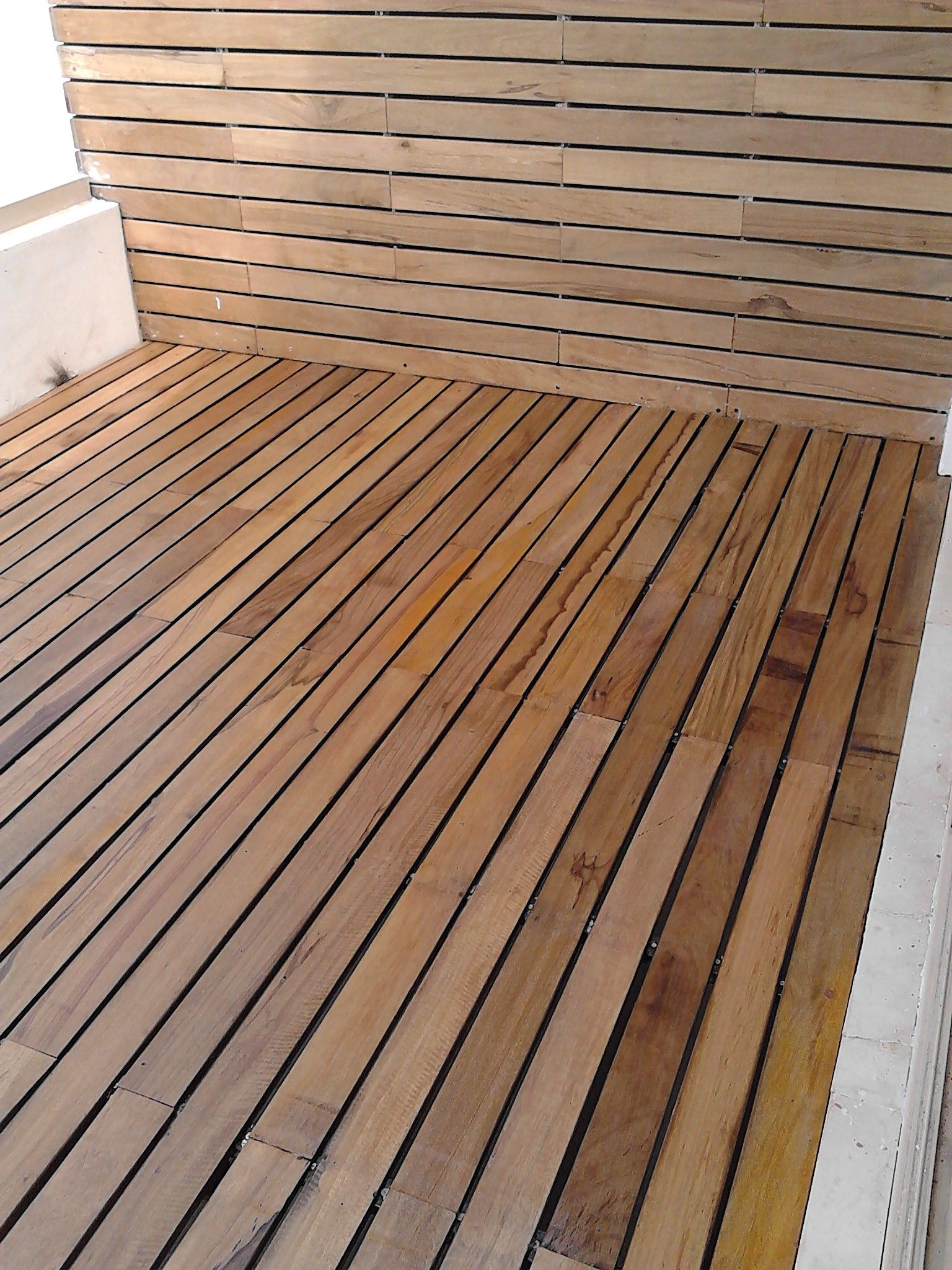 Terraza y muro madera de lapacho decking pinterest for Muro de separacion terraza