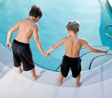 Going Chlorine Free The Pros And Cons Of Salt Water Pools Salt Water Pools Swimming Pools