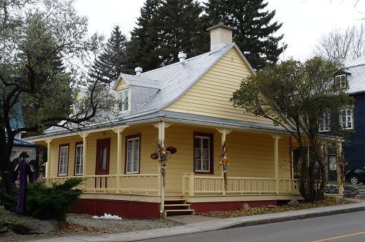 Maison traditionnelle qu b coise dans le trait carr qu bec anciennes maisons du qu bec - La maison du hamac quebec ...